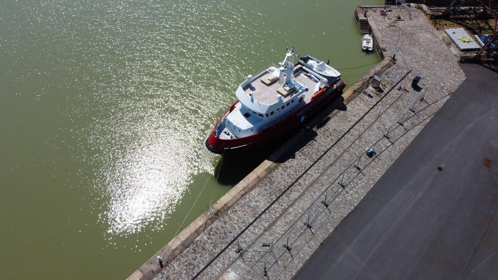 Le Yacht AKULA en place aux Bassins à Flot